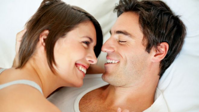 smiling_couple_in_bed_640